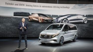 Auf dem Genfer Automobilsalon zeigt Mercedes-Benz die gesamte Bandbreite automobiler Spitzentechnologie, präsentiert von Dieter Zetsche. Der Blickfang in Halle 6 ist der neue CLA Shooting Bra