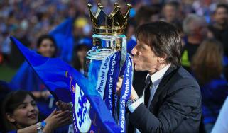 Antonio Conte Chelsea - Premier League trophy