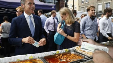 Mark Carney, Governor of the Bank of England, tries out the new £5 note