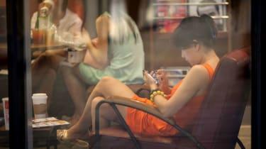 160805-woman-smartphone.jpg