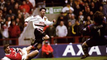 Ryan Giggs scores against Arsenal 1999