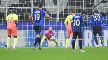 Kyle Walker in goal for Manchester City at Atalanta