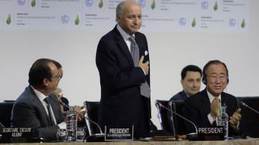 Politicians clap Paris climate agreement in 2015
