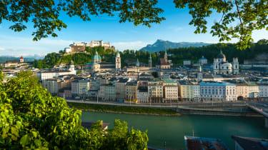 Sehenswürdigkeiten Salzburg, Blick vom Kapuzinerberg auf die Salzburger Altstadt und auf die Festung Hohensalzburg, Untersberg im Hintergrund