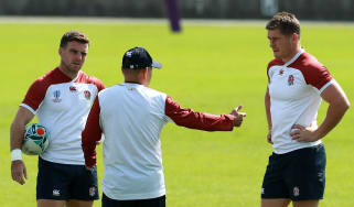 England head coach Eddie Jones speaks with George Ford (left) and Owen Farrell (right)