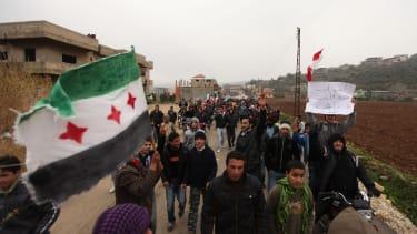 متظاهرون يحتجون على الحكومة السورية