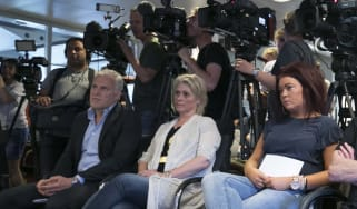 Journalist Peter R de Vries (seated far left) at a press conference in 2017