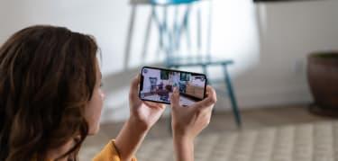 apple-iphone-xs-hands-screen-09122018.jpg