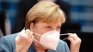 Angela Merkel puts on a FFP2 face mask