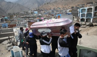 A family buries a victim of Covid on the outskirts of Lima